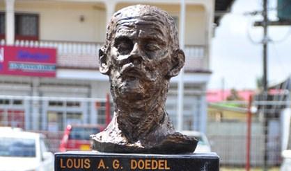 Bronzen standbeeld van Louis Doedel, uit eerbetoon aan deze vergeten vakbondsman onthuld op 10 januari 2013
